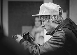 Julian Höcher film mit seiner Kamera