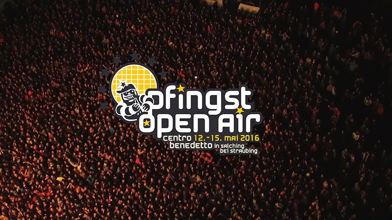 Im Vordergrund das Logo des Pfingst Open Airs und im Hintergrund eine riesige Anzahl an Menschen