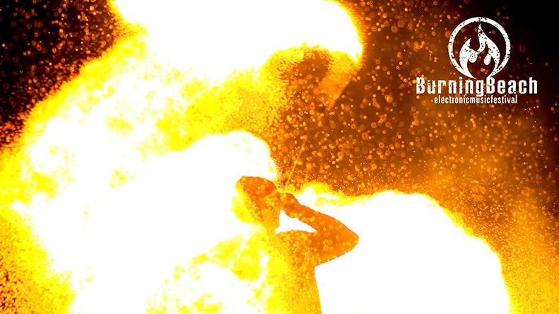Ein Mann der vom feuer umgeben ist.