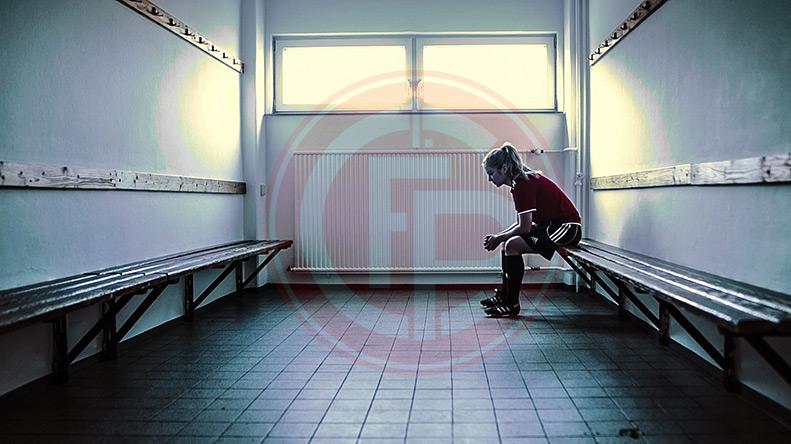 Fußballspielerin sitzt im Umkleideraum