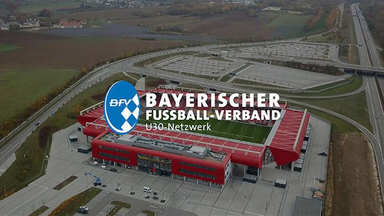 zu sehen ist ein Fußballstadion aus der Luft mit einer Drohne gefilmt. Darüber ist der Schriftzug und das Logo des bayrischen Fußballverbandes.